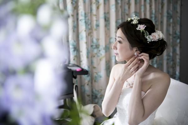 グランマニエのシルクウエディングドレスとアクセサリーをつける花嫁