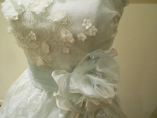 グランマニエウェディングドレス|ブルーコサージュ
