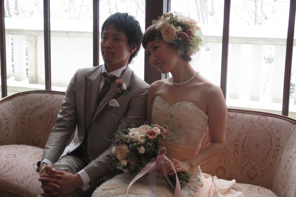 グランマニエのウエディングドレス名 EDENを着た花嫁と新郎
