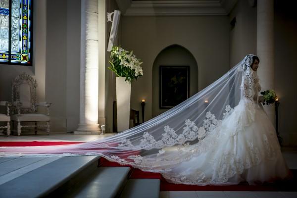 ローズガーデンクライスト教会でグランマニエのシルクのウエディングドレスを着る花嫁