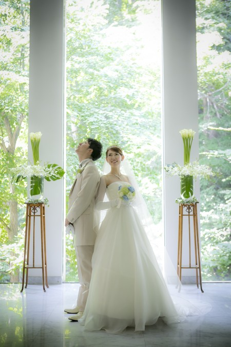 ジャルダンドゥボヌールのセレモニーホールに立つグランマニエのウエディングドレスを着た花嫁