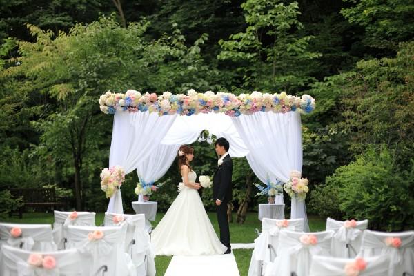 ジャルダンドゥボヌールのガーデンで式を挙げるグランマニエのウエディングドレスを着た花嫁