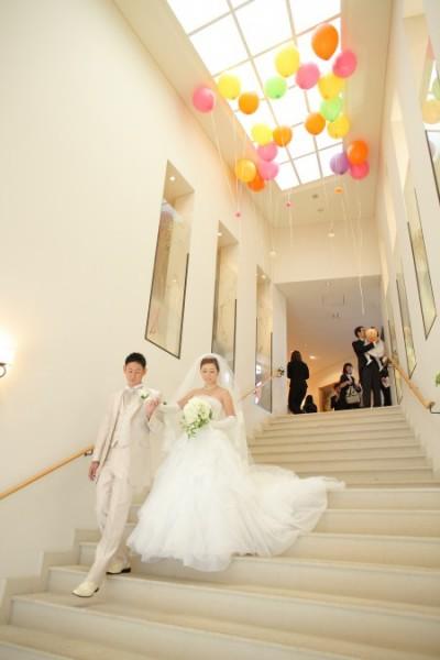 グランマニエのウエディングドレスの新婦と新郎|ジャルダン・ドゥ・ボヌール