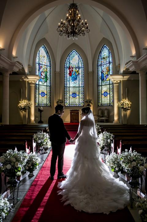 ローズガーデンクライスト教会の礼拝堂に立つ新郎新婦