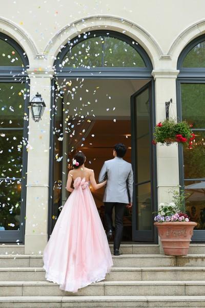 グランマニエのカラードレス|新郎新婦|後姿