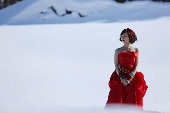グランマニエのカラードレス|マディソンレッド|雪の中のフォトウエディング