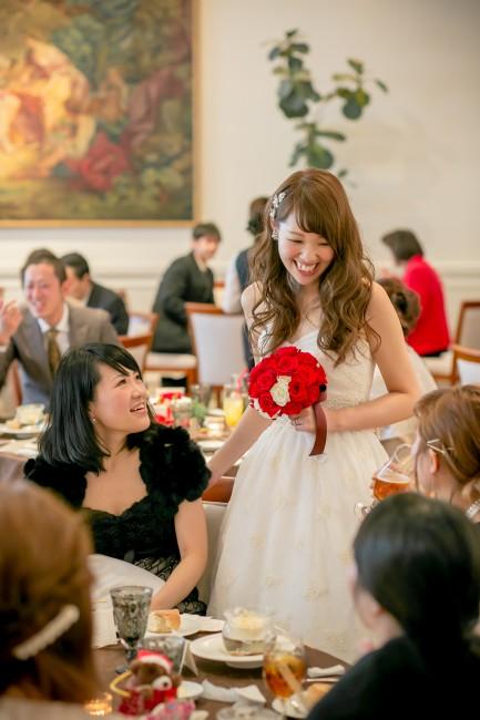グランマニエのエディングドレス ダウンスタイル 赤ブーケ