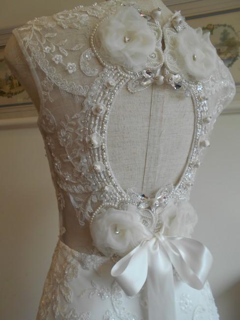 グランマニエのウエディングドレス|フラワーコサージュ|リボン