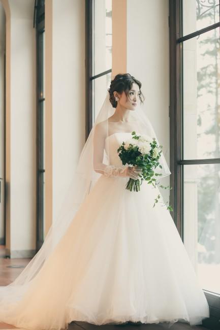 グランマニエのウエディングドレス|ウエーブヘア|クラッチブーケ