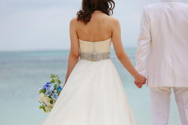 グランマニエのウエディングドレス|ロケフォト|サッシュベルト|リゾート挙式