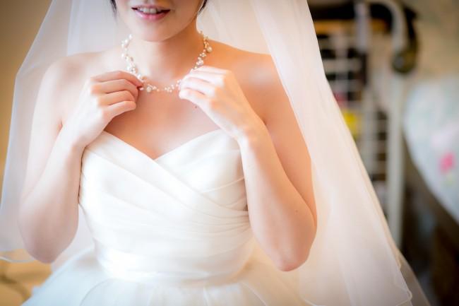 グランマニエのウエディングドレス|ハートカット|パールのネックレス