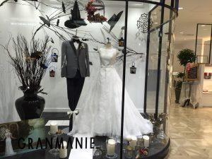 【ヴァレリー】トレンドのフラワーモチーフがやわらかに浮かび上がるウエディングドレスを展示