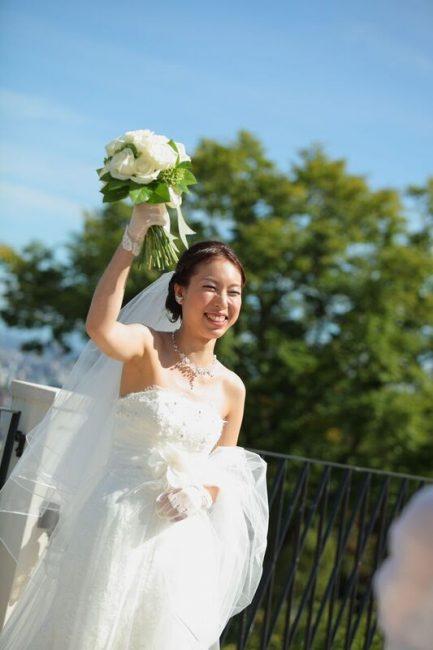 ブーケトス|笑顔の花嫁|グランマニエのウエディングドレス