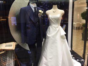 【ソングバード】真っ白なミカドシルクの洗練されたドレスを展示