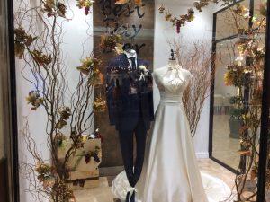 【リーリス】上品な光沢が美しいシルクサテンのドレスを展示