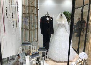 【ポージー】トレンドのリーフモチーフ & ロマンティックなドレスを展示