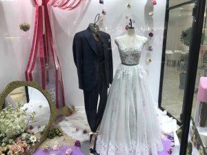 【シャルロッテ】オーバースカート付花柄のウエディングドレスを展示