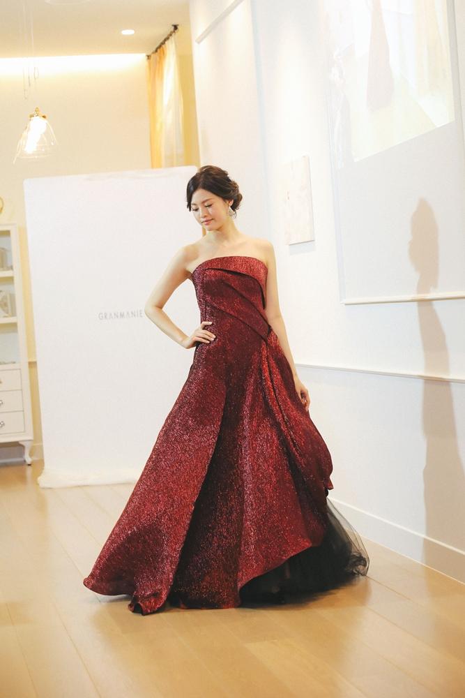 クララ|赤のカラードレス|スレンダー