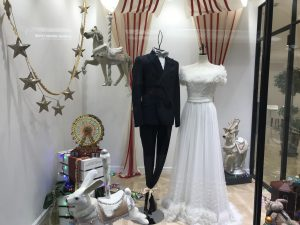 【イーグル】デコラティブな可愛らしいオフショルダードレスを展示