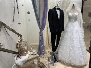 【ポージィー】幸せムードあふれるウエディングドレスを展示