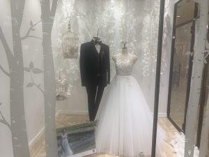【エルガ】立体的なフラワーモチーフが甘くキュートなドレスを展示